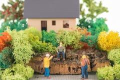 Travailleurs miniatures étant prêts pour rénover la maison Photos stock