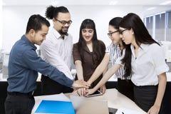 Travailleurs multiraciaux joignant des mains Images libres de droits