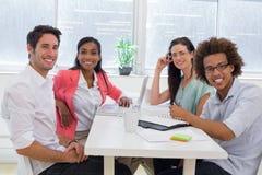 Travailleurs occasionnels se réunissant à la table Image stock