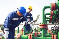 Travailleurs pétrochimiques travaillant à l'usine de raffinerie photo stock