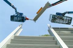 Travailleurs pendant l'installation des barrières de bruit sur la route image stock