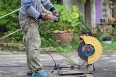 Travailleurs peu sûrs non utilisés le gant, la sécurité en verre et les chaussures de sécurité à temps où ils fonctionnent images libres de droits