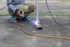 Travailleurs peu sûrs non utilisés le gant, la sécurité en verre et les chaussures de sécurité à temps où ils fonctionnent photographie stock