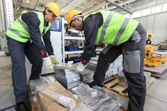 Travailleurs prenant la billette en aluminium Photos stock