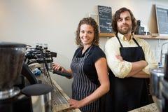 Travailleurs sûrs au compteur dans Coffeeshop photo stock