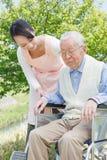Travailleurs sociaux et aîné japonais dans le domaine Photo stock
