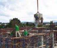 Travailleurs sur des édifices hauts Photo stock