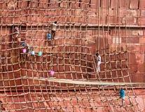 Travailleurs sur l'échafaudage en bois Image libre de droits