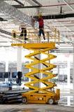 Travailleurs sur la canalisation verticale au chantier de construction Photo libre de droits