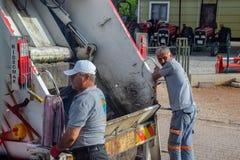Travailleurs sur le camion à ordures, récupération de place à Antalya image stock