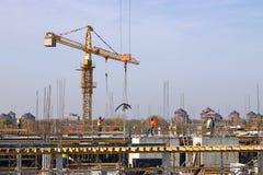 Travailleurs sur le site de construction de bâtiments Photo stock