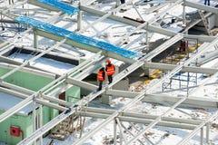 Travailleurs sur le toit de bâtiment Image stock