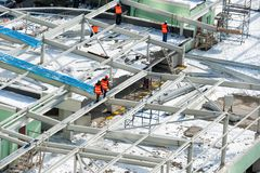 Travailleurs sur le toit de bâtiment Photo stock