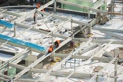 Travailleurs sur le toit de bâtiment Images stock