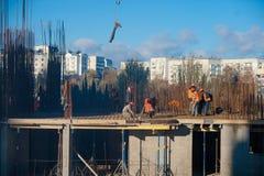 Travailleurs sur un chantier de construction Image libre de droits