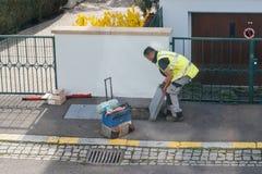 Travailleurs travaillant à l'exécution des câbles optiques de fibre dans le sewag Images libres de droits