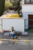 Travailleurs travaillant à l'exécution des câbles optiques de fibre dans le sewag Photos libres de droits