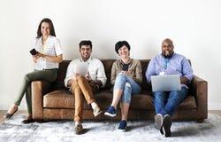 Travailleurs travaillant à l'ordinateur portable et aux dispositifs numériques images stock