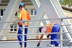Travailleurs travaillant au chantier de construction photo libre de droits