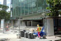 Travailleurs travaillant sous le soleil image libre de droits