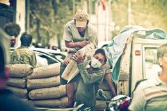 Travailleurs vietnamiens occupés à transporter des sacs de ciment Photos libres de droits