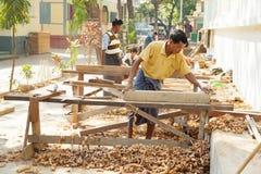 Travailleurs volontaires au monastère de Mahagandayone photographie stock