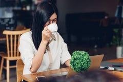 Travailleuse active indépendante de mode de vie avec l'ordinateur portable, il boivent photos stock