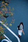 Travailleuse active japonaise tenant le parapluie et sac sortant au wor photos libres de droits