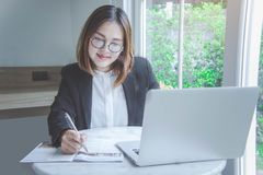 Travailleuse active, jeune sourire asiatique et hasard de style de femme d'affaires Photos stock