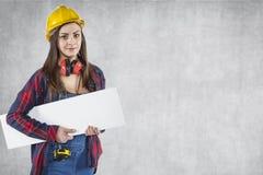 Travailleuse avec la bannière de la publicité, l'espace de copie à côté de elle Photo stock