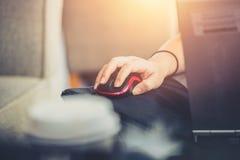 Travailleuses actives sur la technologie sociale de mise en réseau avec utiliser l'ordinateur portable d'ordinateur photographie stock