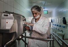 Travailleuses entrant dans l'usine après hygiening le processus Image libre de droits