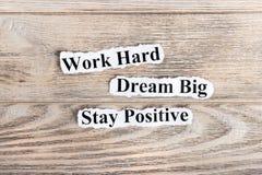Travaillez dur, rêvez grand, texte positif de séjour sur le papier Exprimez le travail dur, rêvez grand, positif de séjour sur le photos stock