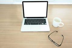 Travaillez l'intérieur de bureau avec un écran vide et masquez le clavier du recouvrement Image libre de droits