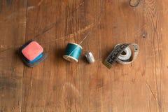Travaillez la craie du ` s, l'aiguille et le fil bleu, et le ruban métrique Photographie stock