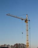 Travaillez la grue à un chantier de construction des maisons Images libres de droits