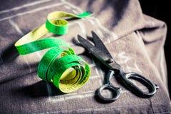 Travaillez la table du ` s avec le tissu et les ciseaux Photo stock