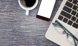 Travaillez le bureau avec l'ordinateur portable et la tasse de café chaude Photos libres de droits