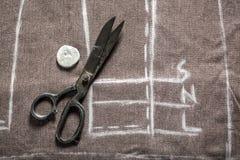 Travaillez le projet des pantalons avec les ciseaux et la craie Photos stock