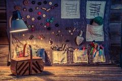 Travaillez le tissu fait de fils et boutons dans l'atelier de couture Images libres de droits