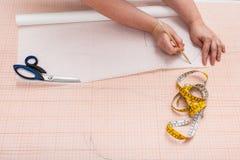 Travaillez les copies un modèle d'habillement sur le papier de traçage photos stock