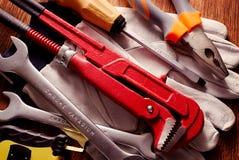 Travaillez les gants d'outils en main placés sur un Tableau Photographie stock