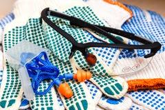 Travaillez les gants, les verres protecteurs et haut étroit de prises d'oreille, photos stock