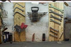 Travaillez les outils sur le mur de garage et la table de travail Photo stock