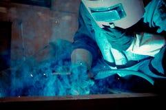 Travaillez les travailleurs d'une soudure dans les usines Image libre de droits