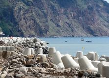 Travaillez pour renforcer le rivage de l'océan sur l'île de la Madère Images stock