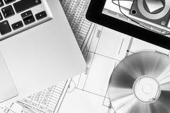 Travaillez sur le projet, un comprimé et un ordinateur portable Images libres de droits