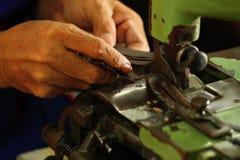 Travaillez travailler à une découpeuse à l'usine de textile Image libre de droits
