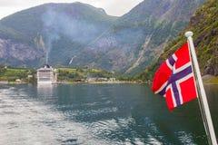 Traval på det stora kryssningskeppet från porten av Flam till Stavanger, i solig sommardag, Norge Arkivfoton