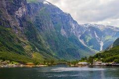 Traval på det stora kryssningskeppet från porten av Flam till Stavanger, i solig sommardag, Norge Fotografering för Bildbyråer
